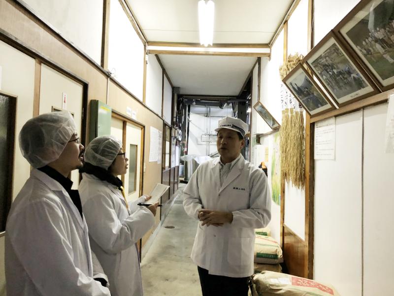 蔵を案内する麒麟山酒造の長谷川杜氏