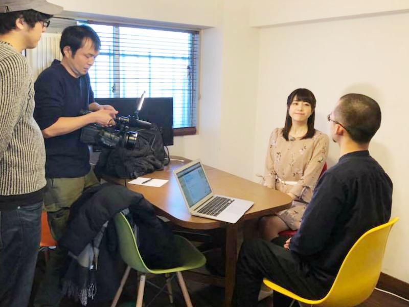 テレビ東京『モーニングサテライト』の取材を受ける編集長