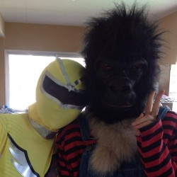 子どもを楽しませるイベントでレンジャー役をやりました。ゴリラとツーショット。