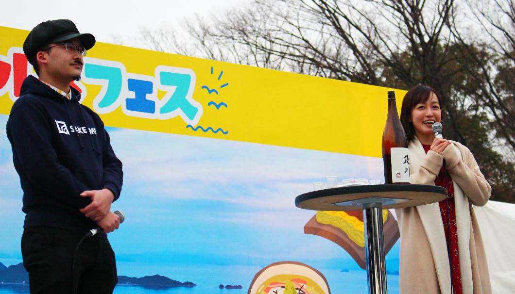 イベントで登壇する及川奈央さんと小池編集長